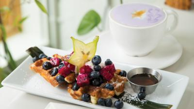 At the new Hood Famous cafe, ube lattes and fruit-topped butter mochi waffles make an excellent meal for any time of day